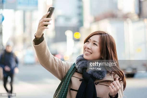 Mulher Japonesa tomar Ginza uma Selfie