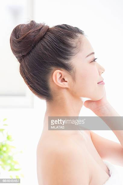 Japanese woman to massage the face