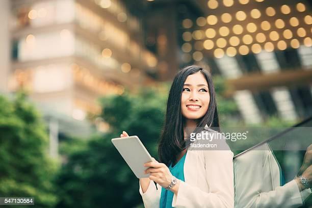 mujer usando un tableta japonés - suerte fotografías e imágenes de stock
