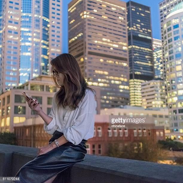 日本の携帯電話を使用して女性の夜