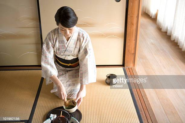 japanese woman using whisk to mix green tea - 優美 ストックフォトと画像