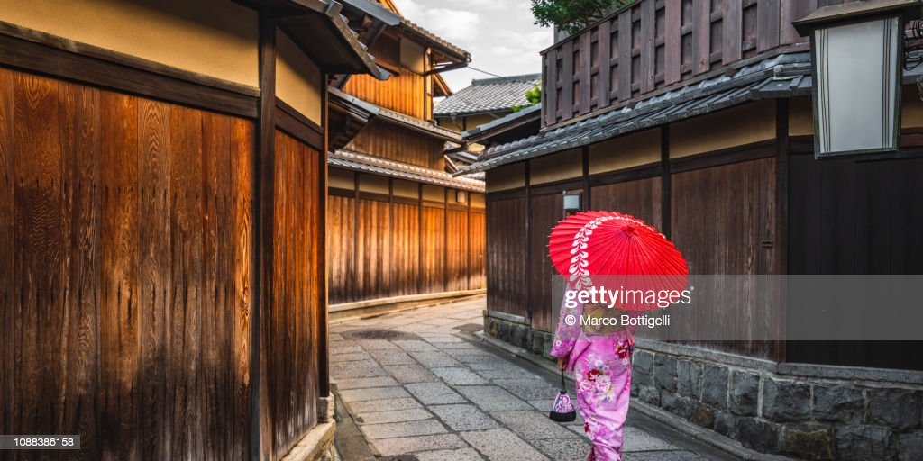 Japanese woman walking in the alleys of Gion district, Kyoto, Japan : ストックフォト
