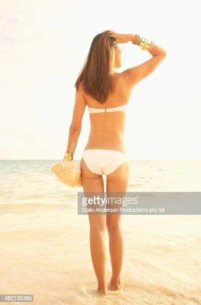 japanese woman walking on beach - 人体部位 ストックフォトと画像