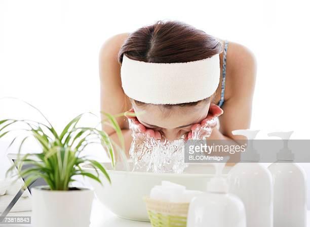 japanese woman washing her face with water of washbowl - bacia de lavagem imagens e fotografias de stock