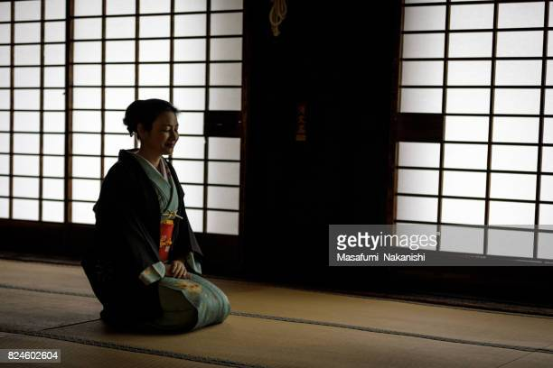 和室で着物を着て日本の女性 - 優美 ストックフォトと画像