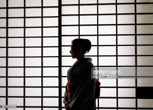 mulher japonesa vestindo um quimono em uma sala de estilo japonês - wabi sabi - fotografias e filmes do acervo