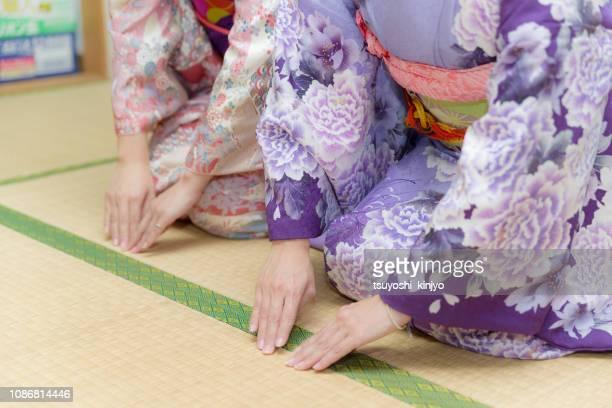 着物を着て日本の女性崇拝します。 - お辞儀 ストックフォトと画像