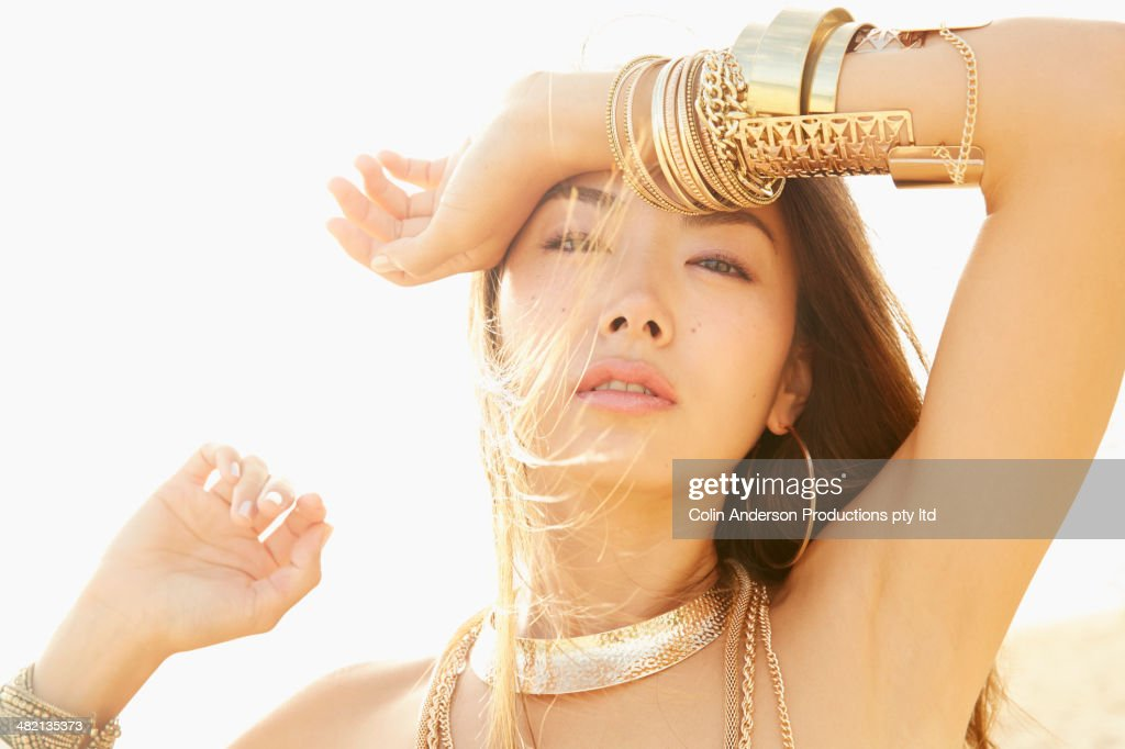 Japanese woman wearing gold bracelets : ストックフォト