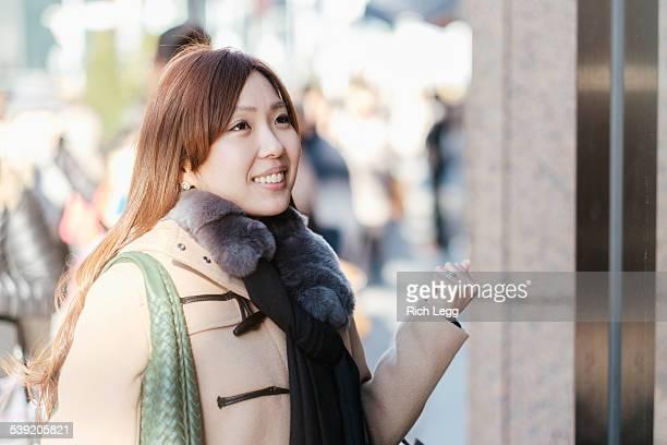 日本の女性、東京銀座のウィンドーショッピング