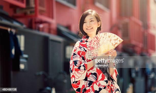 日本の女性が彼女の手で手ファン