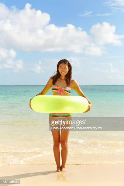 japanese woman with inflatable ring on beach - alleen één mid volwassen vrouw stockfoto's en -beelden