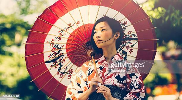 Japanische Frau mit Öl Papier-Regenschirm