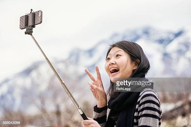 Giapponese donna con una prolunga per Selfie