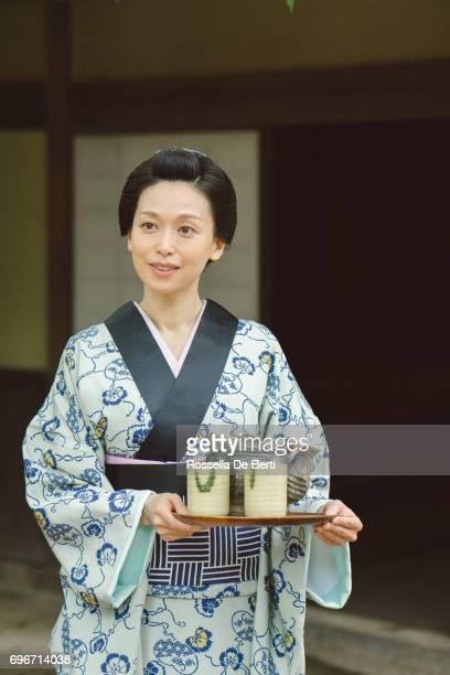 伝統的な日本家屋の外お茶トレイと日本人女性江戸時代 - edo period ストックフォトと画像