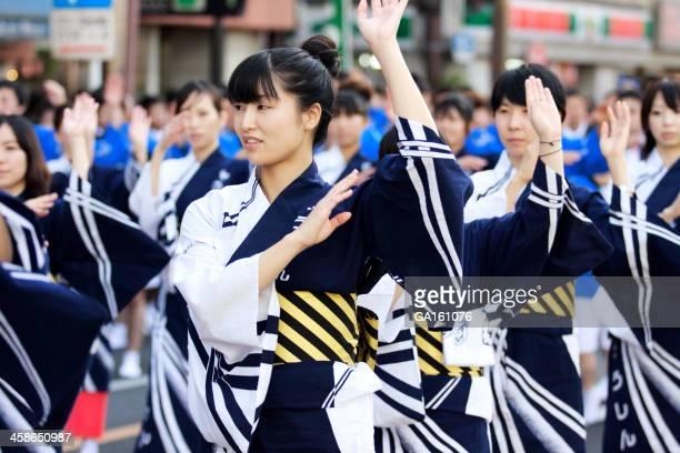 日本人女性をダンスに対称おはら祭