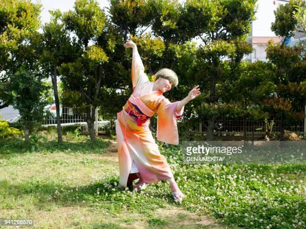japanese women dancing with kimono - seijin no hi fotografías e imágenes de stock