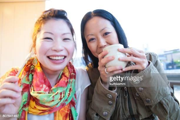 2 femmes japonaises profitant de boisson et gâteau