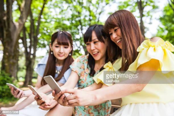一緒に楽しい時間を取る selfies 持ちの日本女性の友人 - 女子大生 ストックフォトと画像
