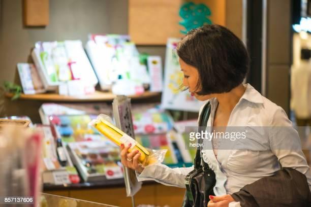 食料品店の日本人女性