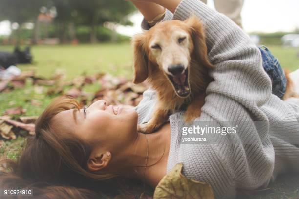 日本の女性が犬と一緒にリラックスします。 - pets ストックフォトと画像