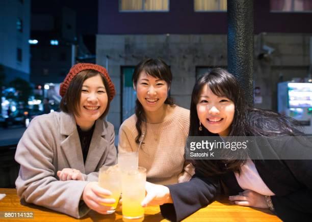 日本女性の屋外バーで乾杯 - 30 34歳 ストックフォトと画像