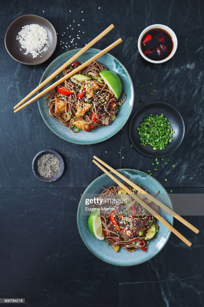 Japanese Yaki Soba noodles with chicken and vegetables : Stock-Foto