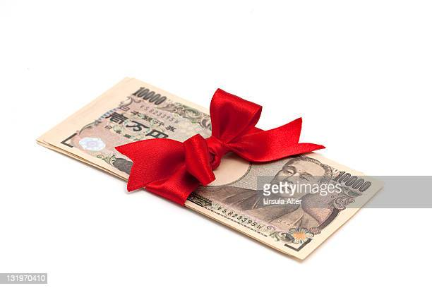 japanese yen gift with red bow