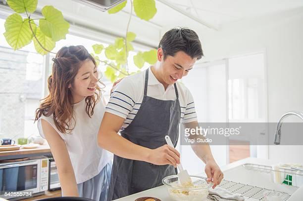 日本の若いカップル料理を - 夫 ストックフォトと画像