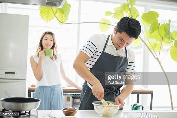 日本の若いカップル料理を - 説明書き ストックフォトと画像