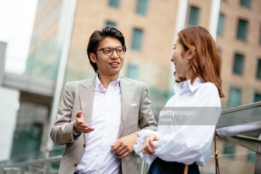 仕事の後の彼の配偶者の会日本の若い男 : ストックフォト