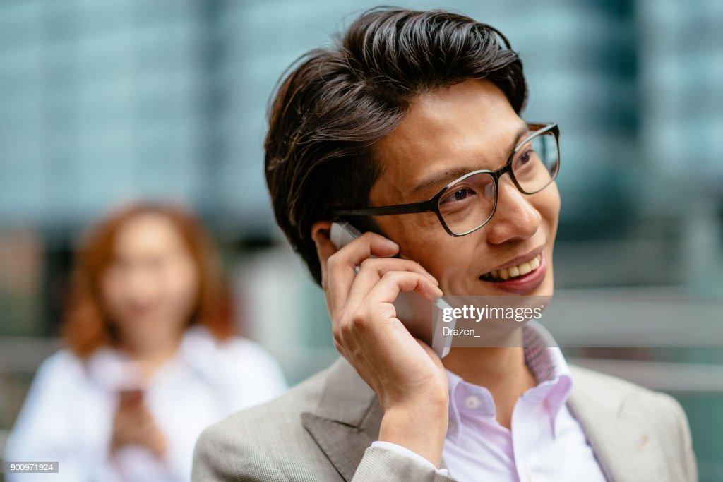 日本の若者たちが一日の大半のスマート フォンを使用して : ストックフォト