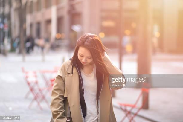 日本の若い女性が街を歩いて