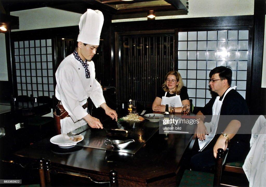 Japanisches Restaurant `Daitokaiu0027 Koch Bereitet Speisen Am Tisch Der Gäste  Zu   1998 Pictures