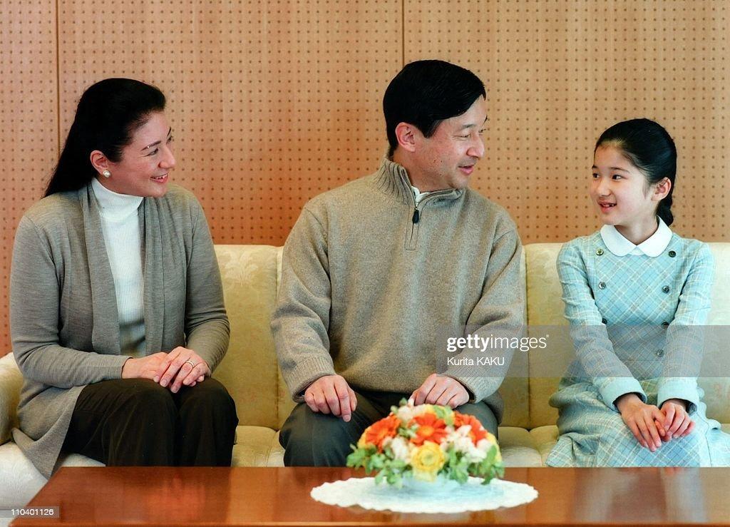 Japan's Crown Prince Naruhito poses with his wife Crown Princess Masako and their daughter Princess Aiko at the Togu Palace in Tokyo : ニュース写真