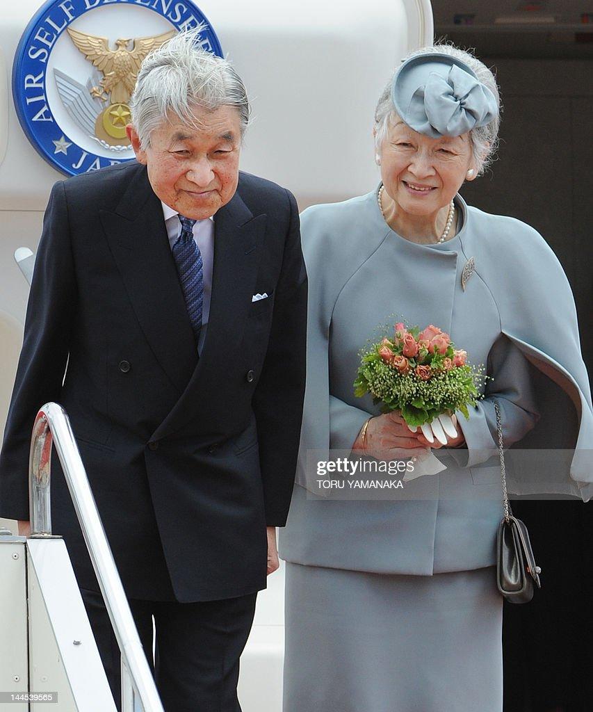 Japan's Emperor Akihito (L) and Empress  : News Photo
