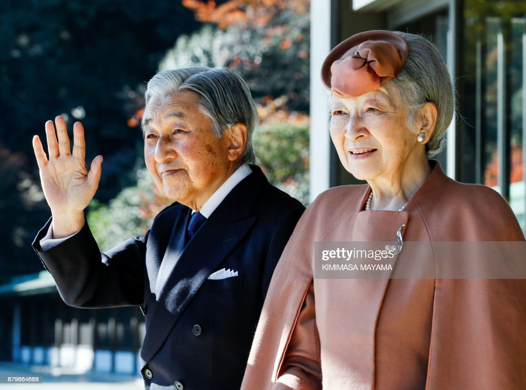 Japan's Emperor Akihito (L) and Empress Michiko wave to Luxembourg's Grand Duke Henri after their meeting and welcoming ceremony for the grand duke at the Imperial Palace in Tokyo on November 27, 2017. Grand Duke Henri and Princess Alexandra of Luxembourg are on a four-day visit to Japan. / AFP PHOTO / POOL / Kimimasa MAYAMA