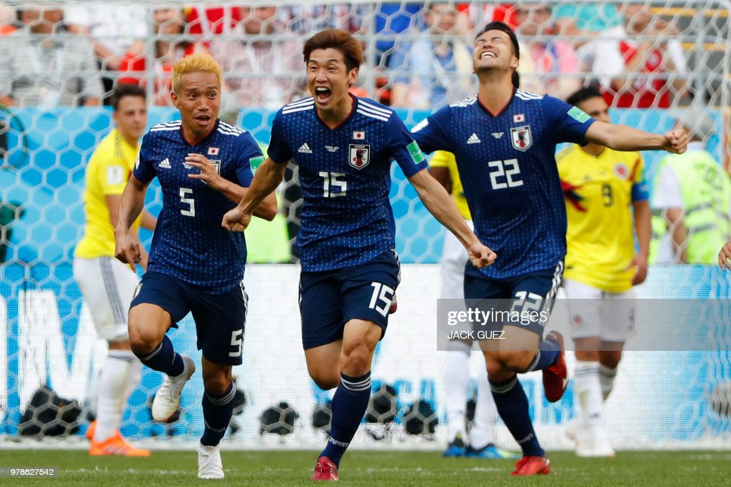 TOPSHOT - Japan's forward Yuya Osako (C) celebrates with teammates after scoring a goal during the Russia 2018 World Cup Group H football match between Colombia and Japan at the Mordovia Arena in Saransk on June 19, 2018. (Photo by Jack GUEZ / AFP) / RESTRICTED
