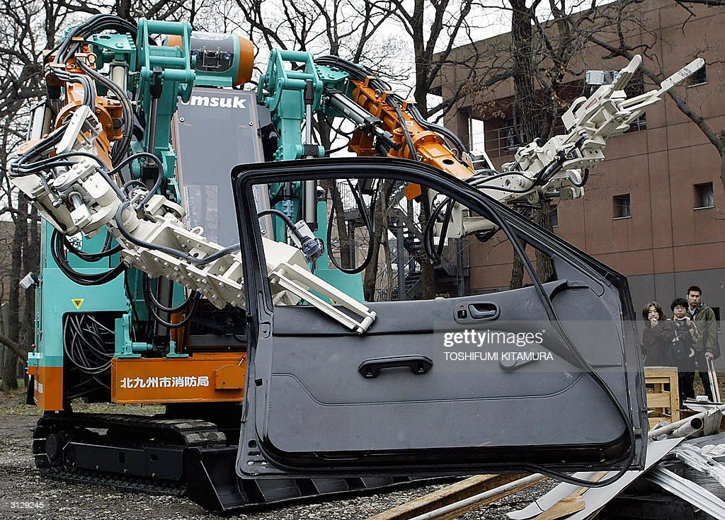 Japan's largest rescue robot, 'T-52 Enryu' demonstrates ...