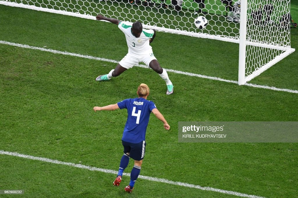 TOPSHOT - Japan's midfielder Keisuke Honda (4) scores his team's second goal during the Russia 2018 World Cup Group H football match between Japan and Senegal at the Ekaterinburg Arena in Ekaterinburg on June 24, 2018. (Photo by Kirill KUDRYAVTSEV / AFP) / RESTRICTED