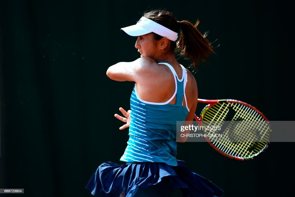 Japan's Misaki Doi looks returns the ball to Italy's Sara Errani during their tennis match at the Roland Garros 2017 French Open on May 29, 2017 in Paris. /