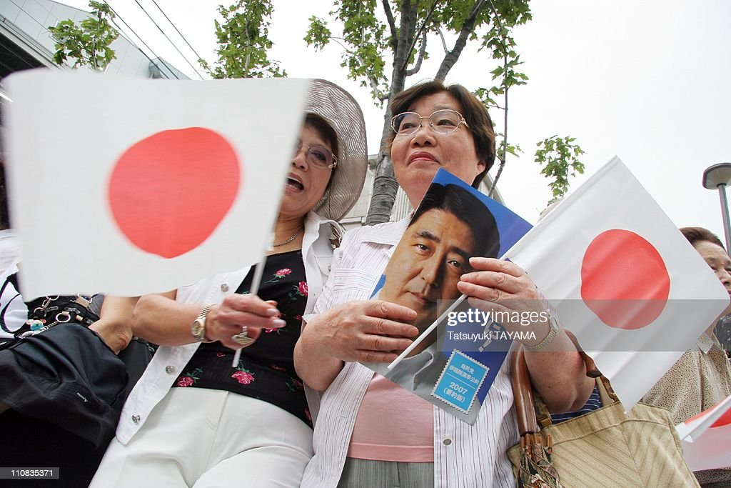 Japan'S Prime Minister Shinzo Abe Kicks Off Campaigning For Upper House Election In Tokyo, Japan On July 12, 2007. : ニュース写真
