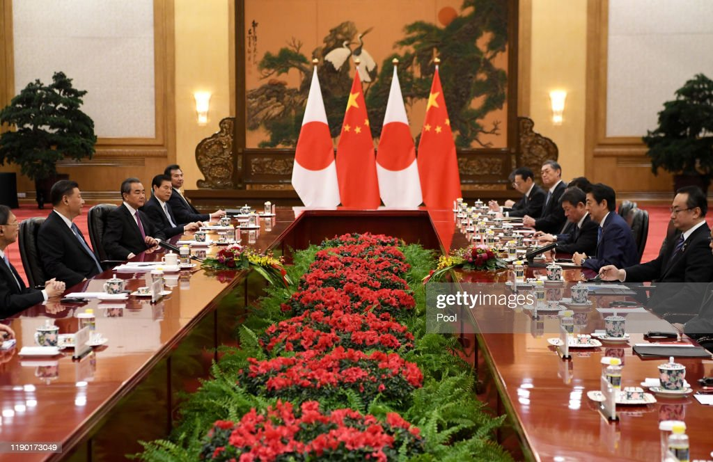 China's President Xi Jinping Meets Japan's Prime Minister Shinzo Abe : Nieuwsfoto's