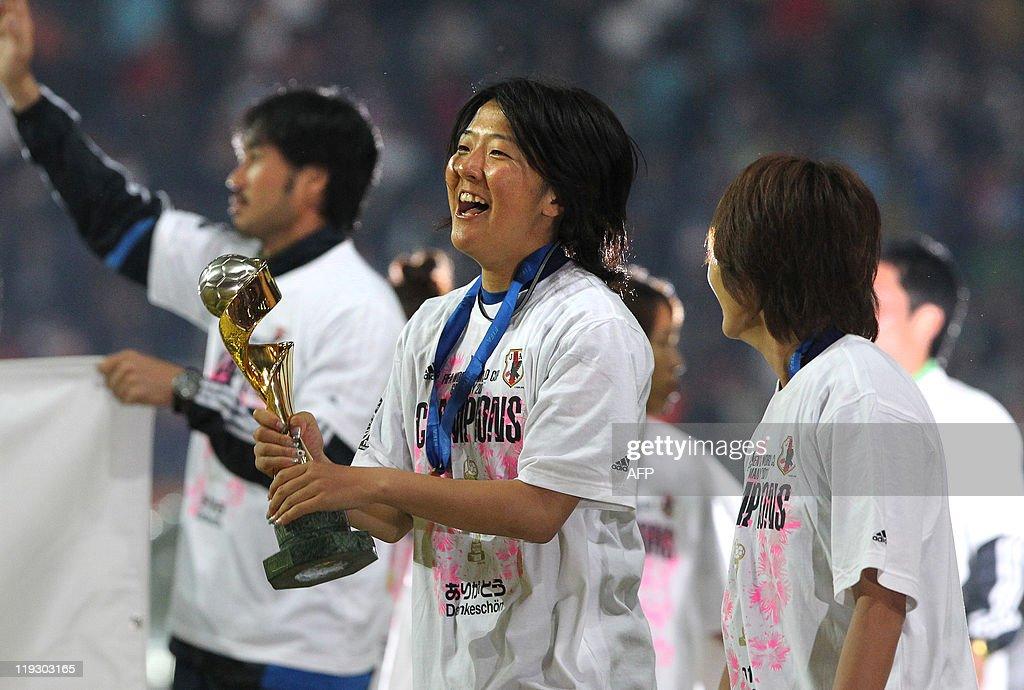 Japan's striker Yuki Nagasato (C) celebr : News Photo