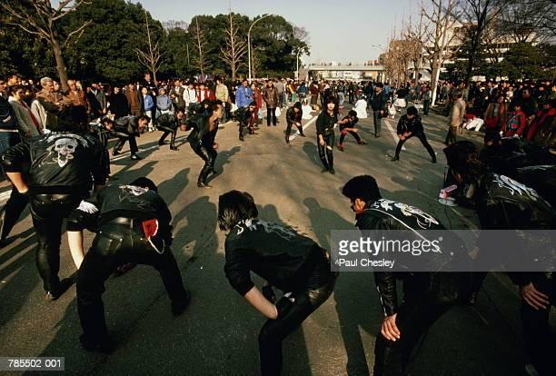 japan,tokyo,teenagers dancing to 50's music in park - 昭和期 ストックフォトと画像
