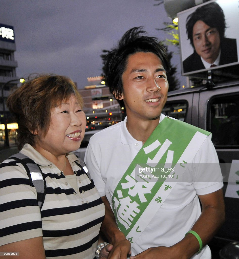 Japan-vote-dynasties,FOCUS by Kyoko Hasegawa Shinjiro Koizumi (R), the son of charismatic former premier Junichiro Koizumi (R), shakes hands with a supporter as he campaigns ahead of the August 30 general election in Yokosuka, in Kanagawa prefecture, suburban Tokyo on August 25, 2009. When the elder Koizumi last year announced he would not contest his Diet seat again, he apologised to supporters for his 'blind parental love' and then urged them to support his 28-year-old son and anointed successor. AFP PHOTO / Yoshikazu TSUNO