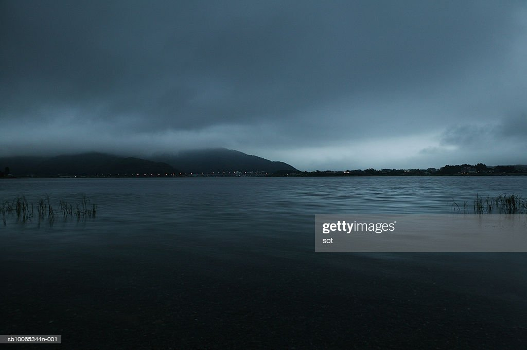 Japan,Yamanashi, Lake at dawn : Foto stock