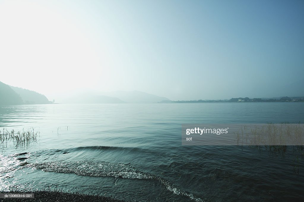 Japan,Yamanashi, Lake at sunrise : Foto stock