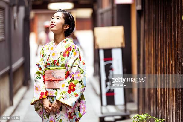 日本人 ガール着物をご覧になりながら、地元の建築物