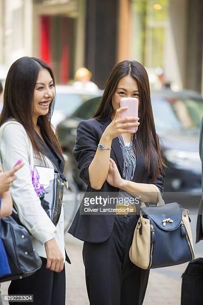 japenese women laughing and taking a picture - alleen japans stockfoto's en -beelden