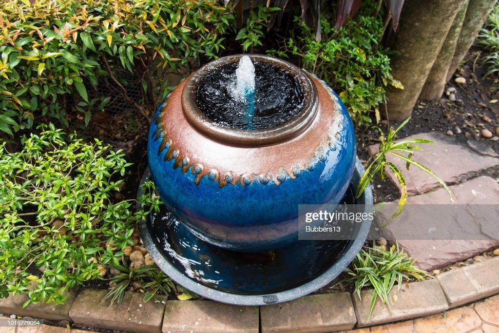 Jar-Brunnen Dekoration im grünen Garten. Thailand. : Stock-Foto